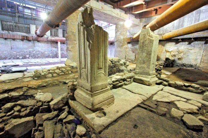 Propileo monumental, en la estación Venizelou.