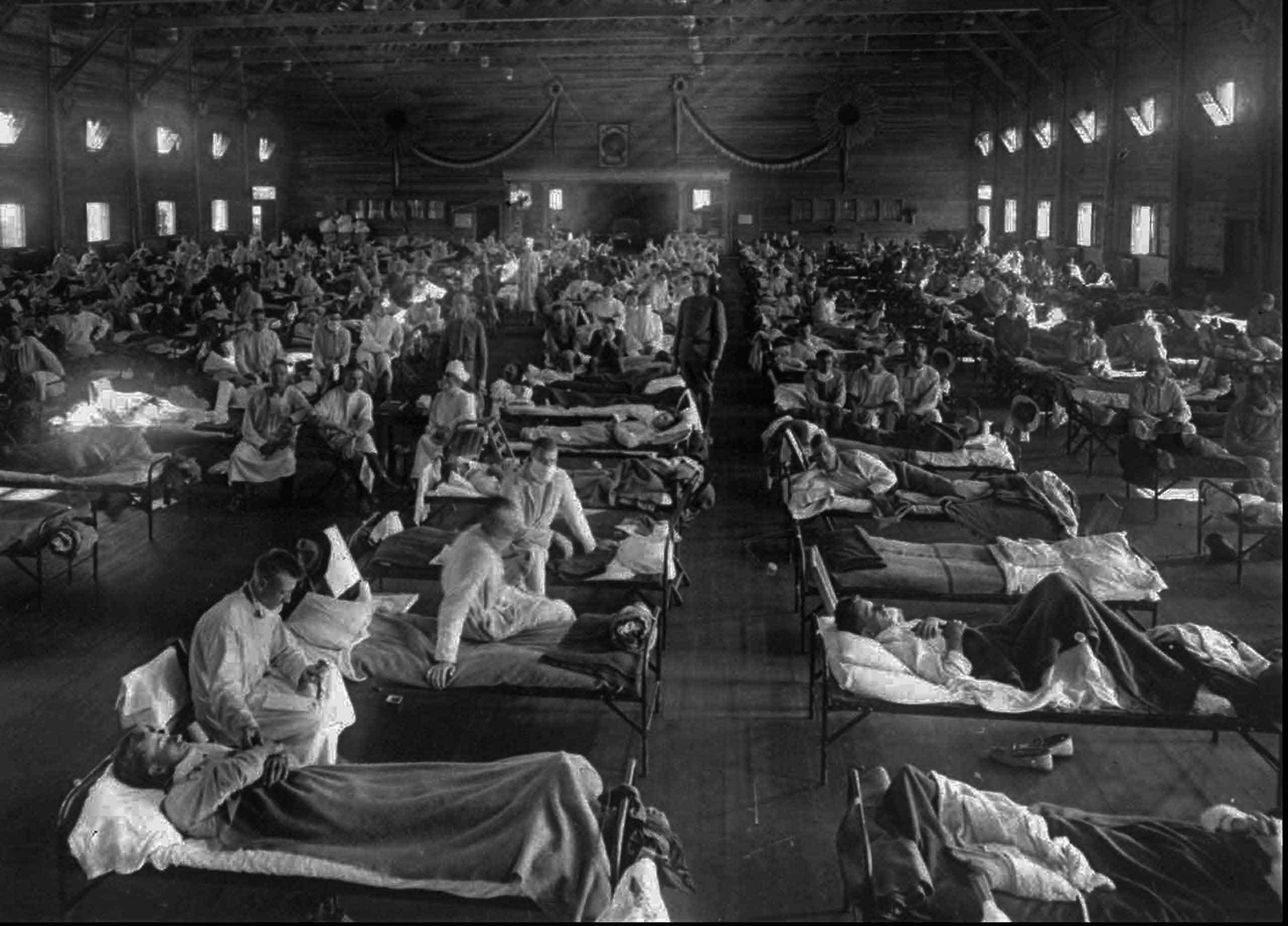 Enfermos de gripe española en un hospital de emergencia levantado en Fort Riley, Kansas, EEUU.
