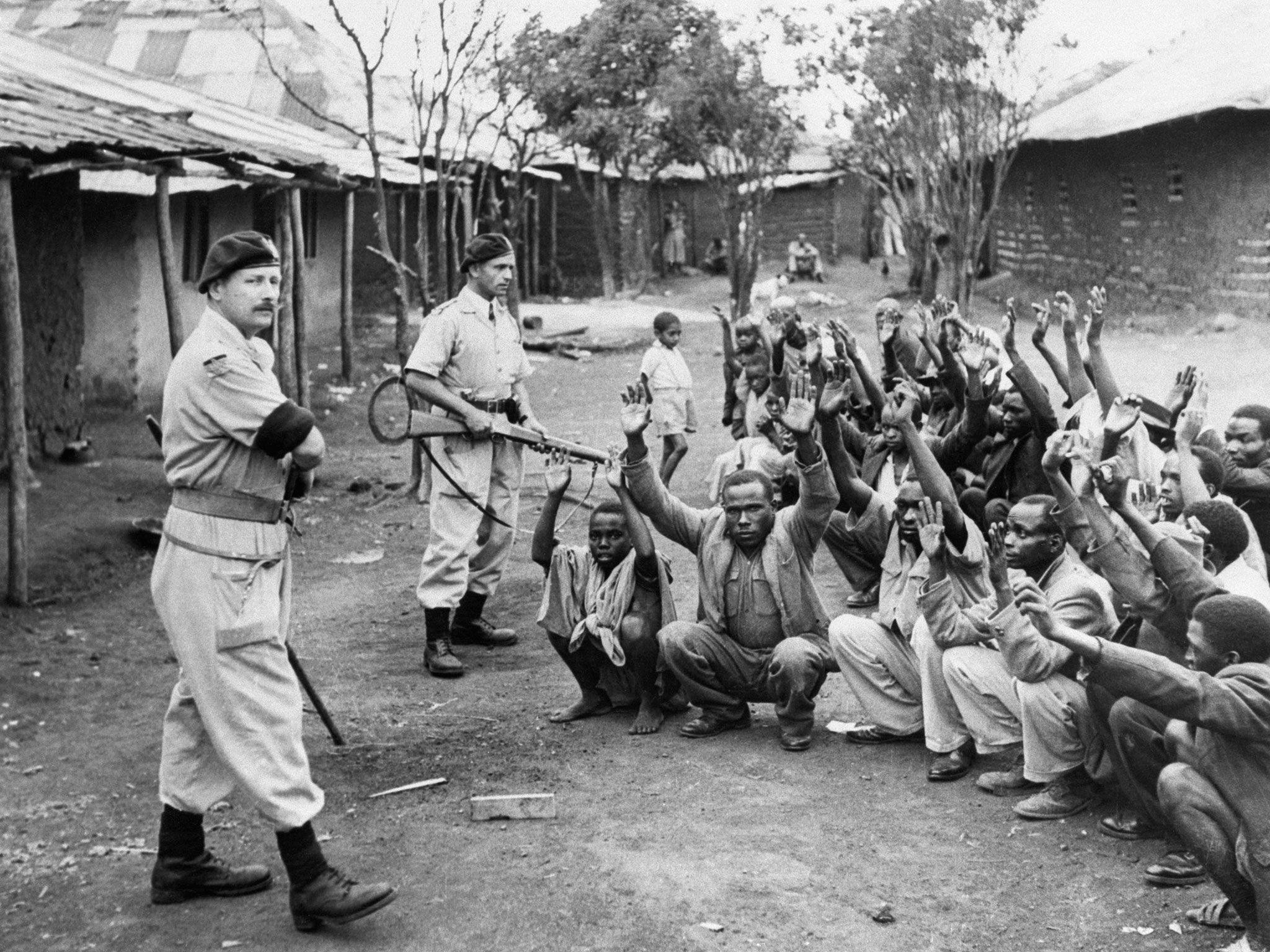 Policías británicos custodiando a detenidos del Mau Mau.