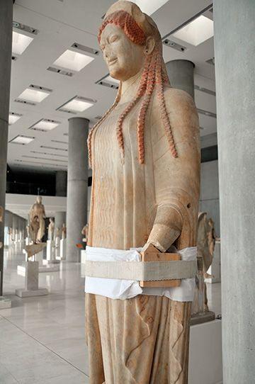 """Fijación de una nueva pieza en la """"Koré 671"""". © Museo de la Acrópolis. Fotografías de Giorgos Vitsaropoulos."""