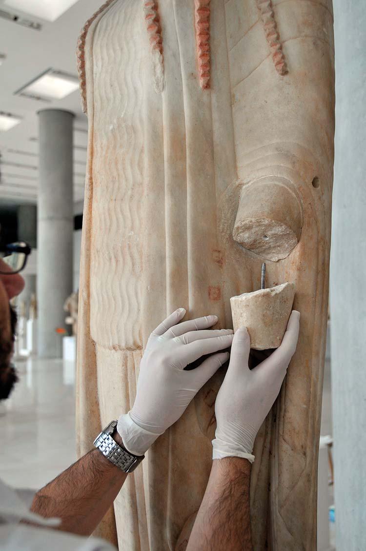 """Ensamblaje de una nueva pieza en la """"Koré 671"""". © Museo de la Acrópolis. Fotografías de Giorgos Vitsaropoulos."""