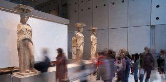 El láser infrarrojo y ultravioleta ha sacado a la luz el mármol original de las esculturas, revelando su pátina primigenia de color naranja. © Acropolis Museum. Fotografías de Giorgos Vitsaropoulos.