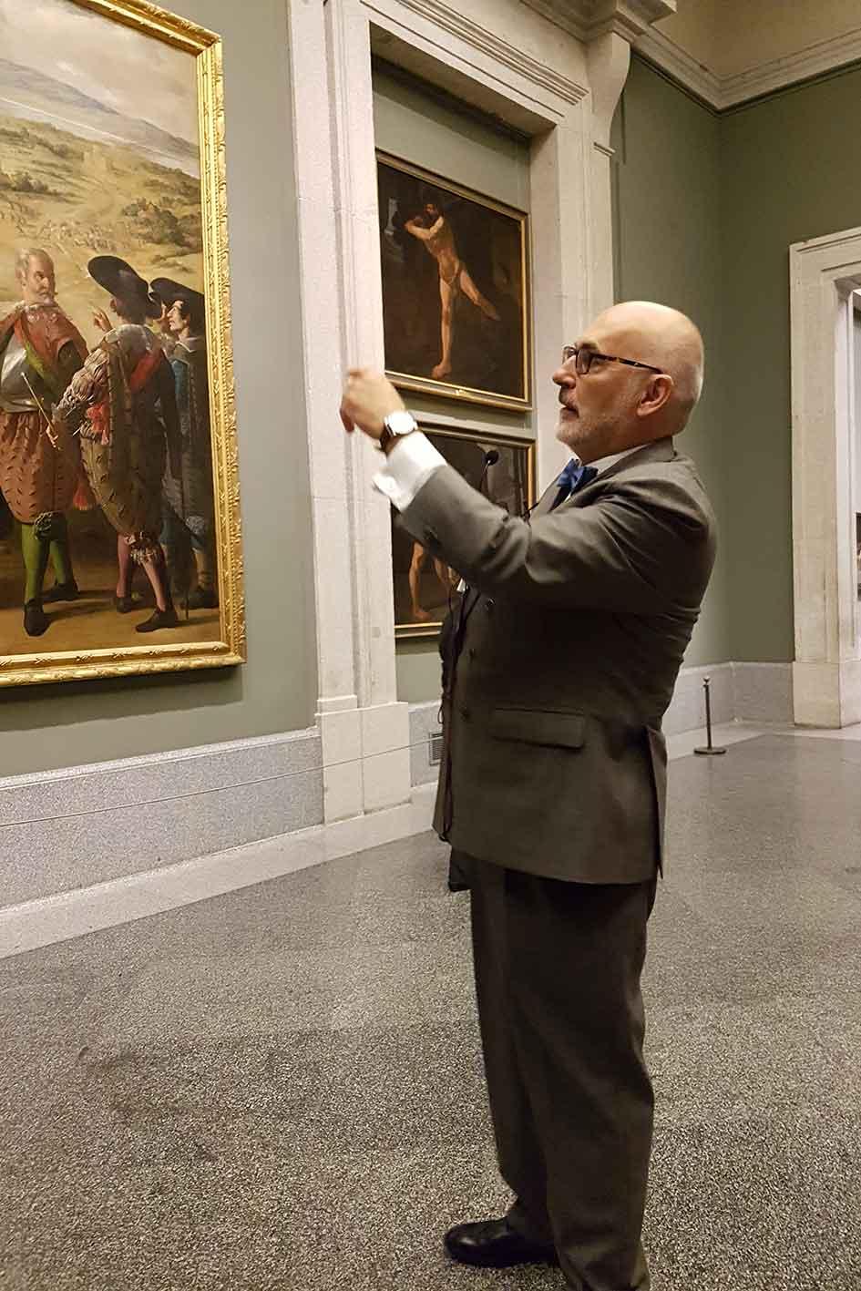 El historiador, explicando el trasfondo histórico de las pinturas expuestas en el antiguo Salón de Reinos, hoy conservadas en el Museo del Prado.