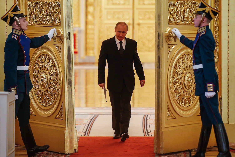 Vladimir Putin hace su entrada en un acto oficial en el Kremlin.