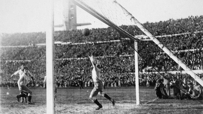 El uruguayo Héctor Castro (parcialmente oculto por el poste) bate al guardameta argentino para conseguir el 4-2 definitivo © FIFA.com