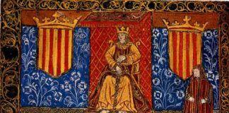 """Fernando II de Aragón en su trono, enmarcado por dos escudos con el emblema del señal real. Frontis de una edición de 1495 de las """"Constituciones catalanas""""."""