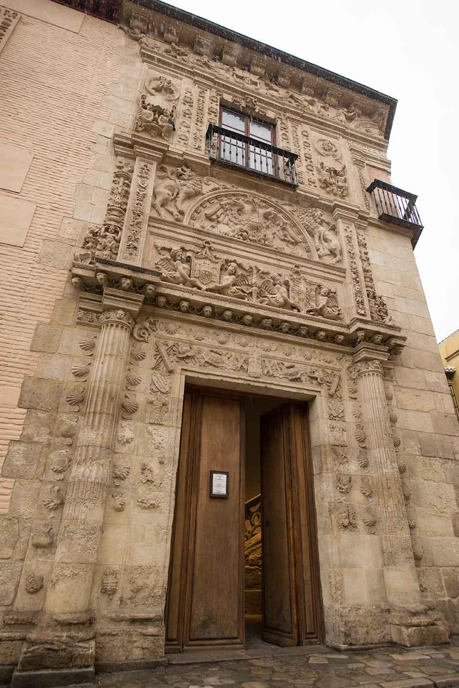 Fachada de la Casa de Castril (en la Carrera del Darro, Bajo Albaicín), construida en 1539 por Sebastián de Alcántara, sede del Museo Arqueológico de Granada.