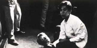 Juan Romero, camarero del hotel Ambassador de Los Ángeles, sujeta la cabeza de Robert F. Kennedy, herido de muerte, en esta instantánea que realizó el fotógrafo Borís Yaro.