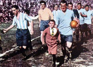 Los jugadores de ambos equipos saltan al Estadio del Centenario para disputar la final del primer Mundial de Fútbol © FIFA.com