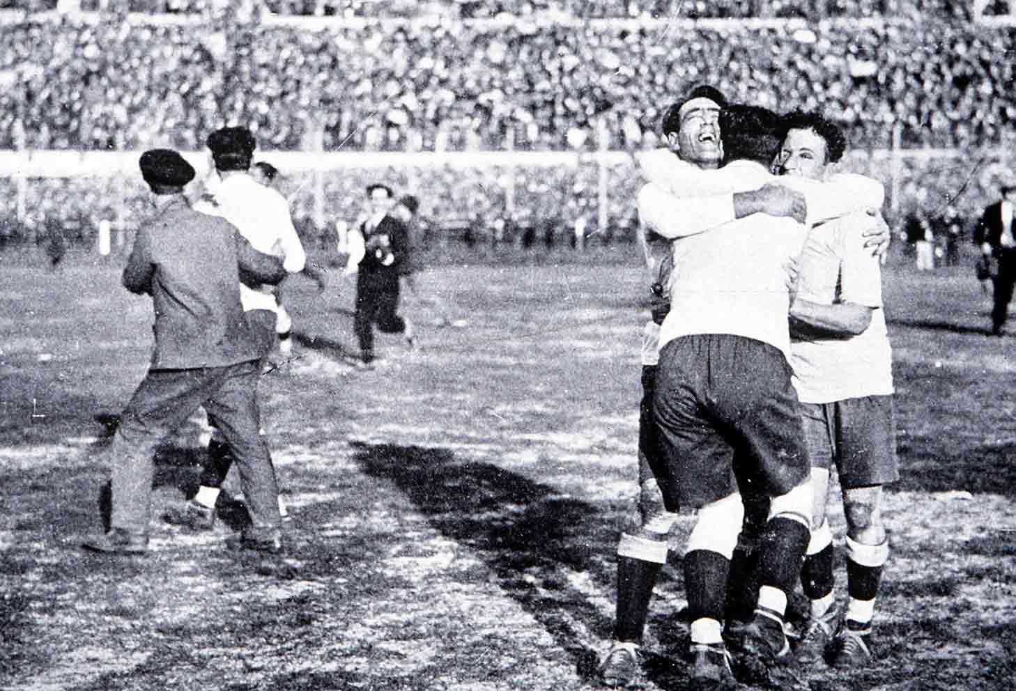 Los jugadores de la selección uruguaya celebran la victoria © FIFA.com
