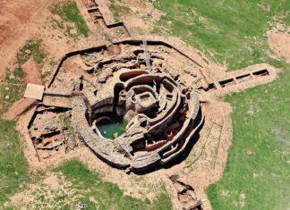 El montículo de la fortificación tiene 40 metros de diámetro, integrado por una torre central desde la que se despliegan tres líneas concéntricas de murallas y un gran patio.