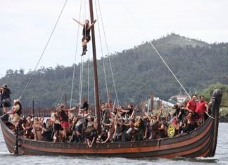 Simulación de la llegada de los vikingos a Catoira en un drakkar.