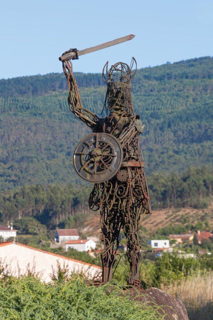 La efigie de un guerrero vikingo con escudo y espada recuerda a los visitantes de Catoira que la región fue escenario de razias hasta bien avanzado el siglo XI