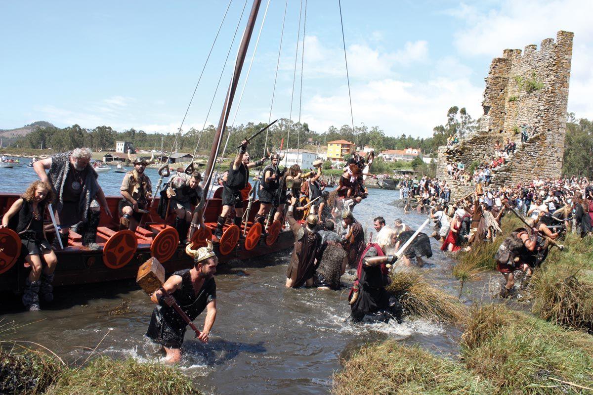 Combate entre defensores y atacantes con el que los locales de Catoira escenifican de modo lúdico su pasado medieval.
