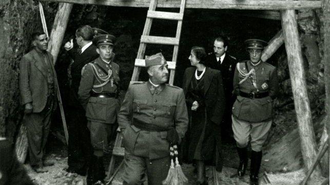 Franco visita las obras del valle de los Caídos en compañía de su mujer.
