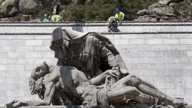 Reparación de una de las esculturas de Juan de Ávalos.