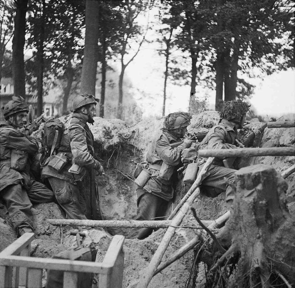 Paracaidistas británicos tras una trinchera.