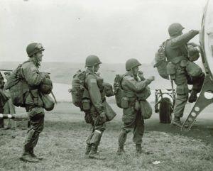 Instantánea tomada durante el embarque de los paracaidistas.