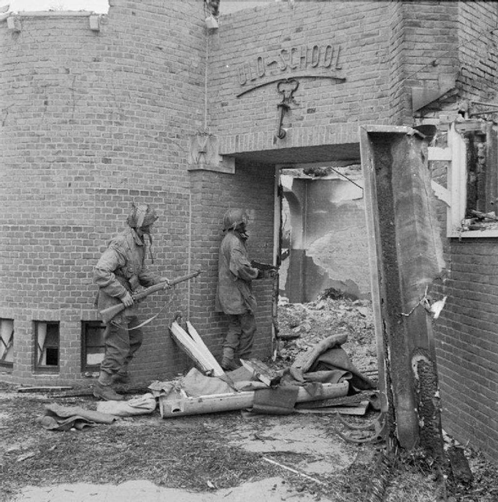 Soldados 1ª División Aerotransportada Británica combatiendo en las calles de Arhem.