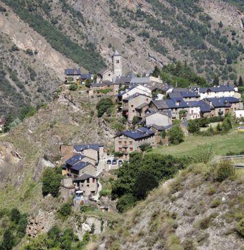 Vista general de Tírvia, desde la carretera que lleva a Occitania. La localidad tiene en la actualidad 143 habitantes.