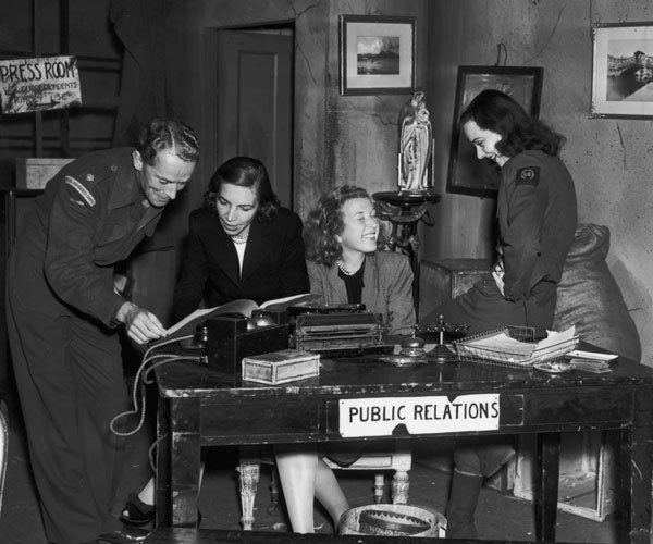 Virginia Cowles junto a otros compañeros de prensa, entre ellas Martha Gellhorn.