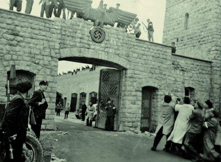 Derribo del águila nazi a la entrada del campo de Mauthausen, una de las instantáneas tomadas por Francisco Boix tras la liberación del campo.