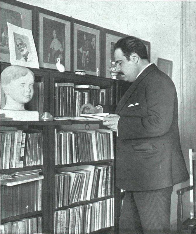 Eugenio D'Ors, en su biblioteca, fotografiado por Campúa en 1916.