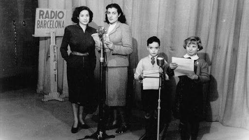 María Garriga (derecha) fue la primera locutora que puso voz a Elena Francis. En la foto aparece junto a Encarna Sánchez y dos actores infantiles en una emisión de Radio Barcelona.