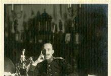 """""""Retrato de Alfonso XIII sentado ante su mesa de despacho con el uniforme del Regimiento Inmemorial del Rey"""", 1915. Patrimonio Nacional. Madrid, Archivo General de Palacio."""