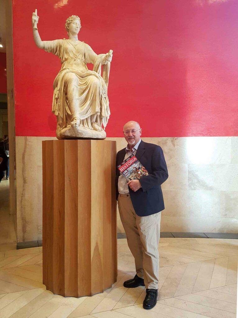 """El escritor, con el número 240 de """"La Aventura de la Historia"""", dedicado a los tercios de Flandes, en la sala de las musas del Museo del Prado."""