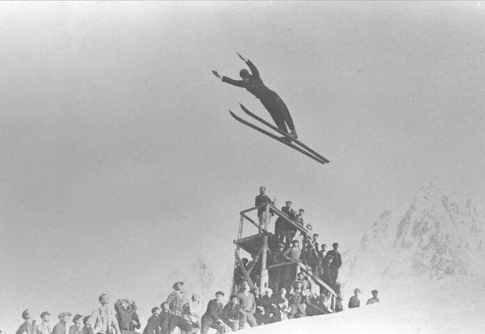 Salto de esquí durante los Juegos Olímpicos de Invierno de Chamonix (Francia), en 1924.
