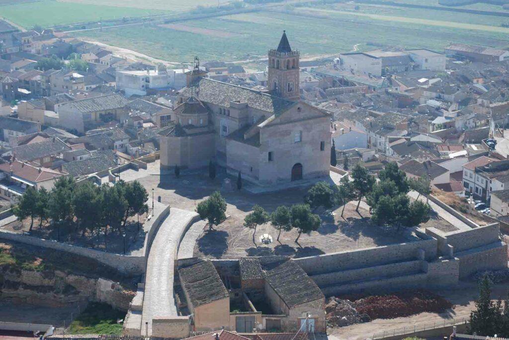 """Iglesia de la Asunción, conocida como """"el Piquete"""", de Quinto de Ebro. La localidad debe su nombre a la palabra latina """"quintus"""", que hace referencia al quinto miliario de la vía romana que comunicaba Lépida Gelsa (Gelsa) y Caesaraugusta (Zaragoza)."""