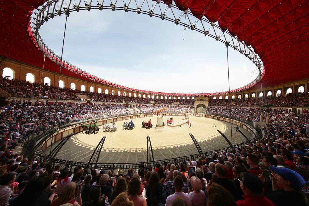 """Un momento del espectáculo """"Le Signe du Triomphe"""" de Puy du Fou, que recrea las carreras de cuádrigas del circo romano."""