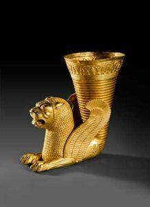 """""""Ritón"""", oro, período aqueménida, 559-331 a.C., Hamedan. Una de las piezas destacadas de la exposición """"Irán, cuna de civilizaciones"""", que el MARQ de Alicante acoge sobre la historia y el arte de Irán."""
