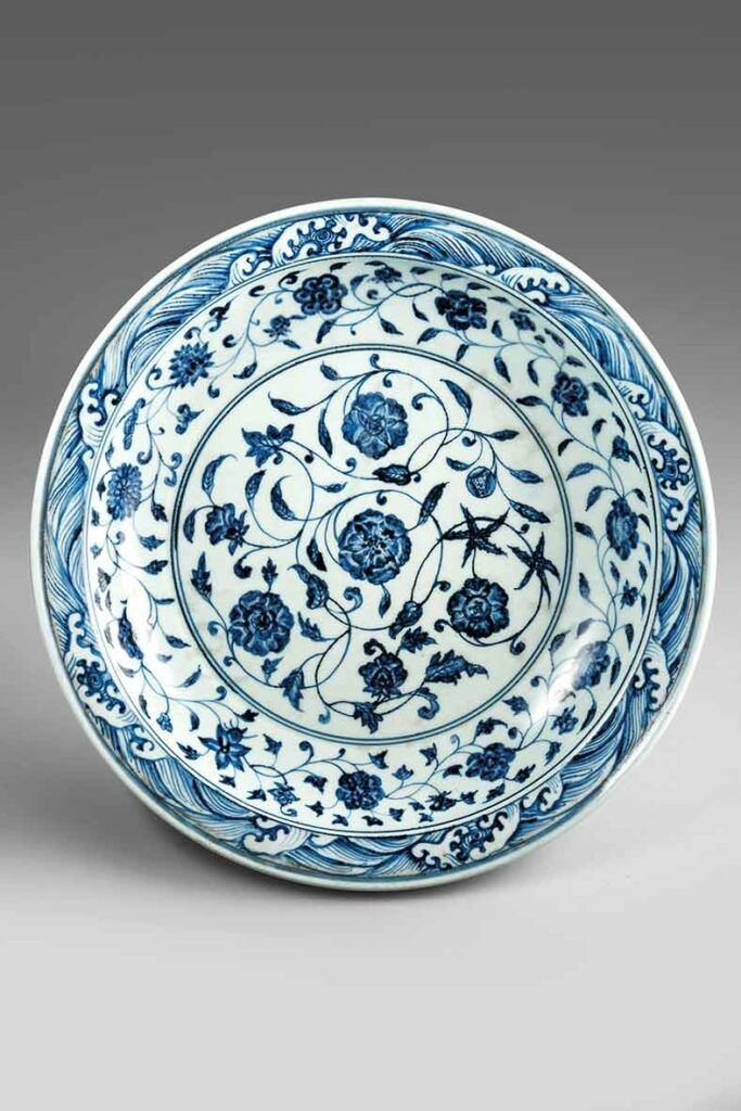 """""""Plato de porcelana china con decoración en azul y blanco"""", cerámica, siglo XVII, Shaiekh Safi aldin Ardabili, Ardabil. Una de las piezas destacadas de la exposición """"Irán, cuna de civilizaciones"""", que el MARQ de Alicante acoge sobre la historia y el arte de Irán."""