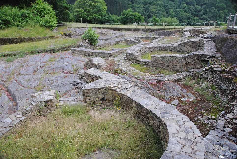 Visión del castro de Taramundi; ; al frente, la zona meridional.