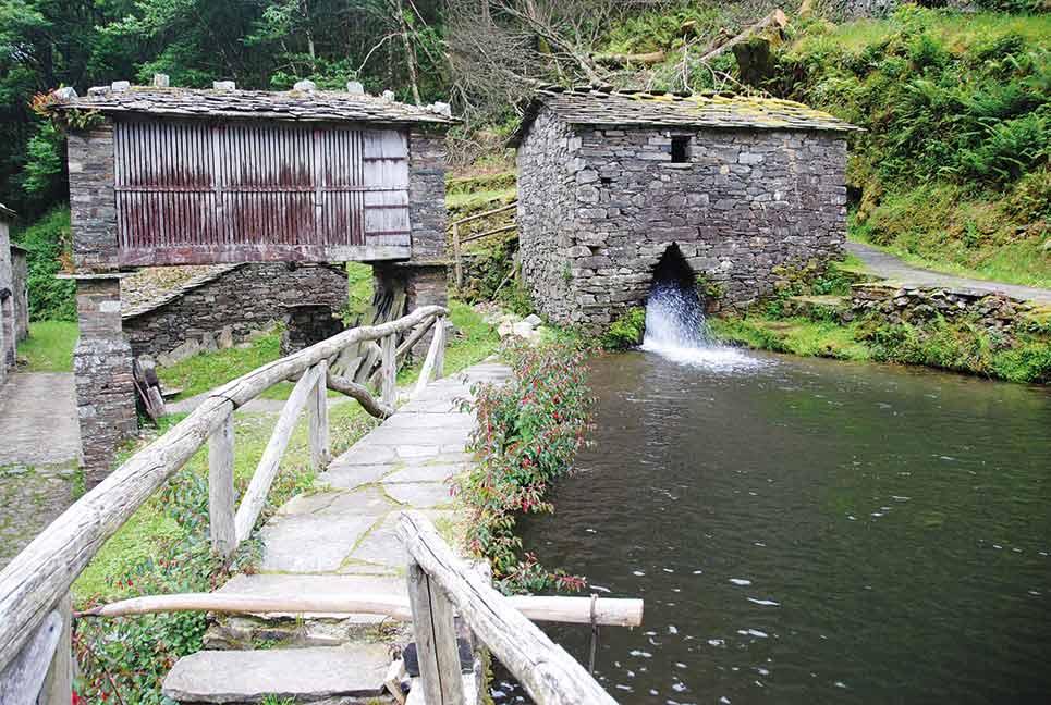 Molino harinero y panera en la aldea de Os Teixois, a solo cuatro kilómetros de distancia de la villa de Taramundi.