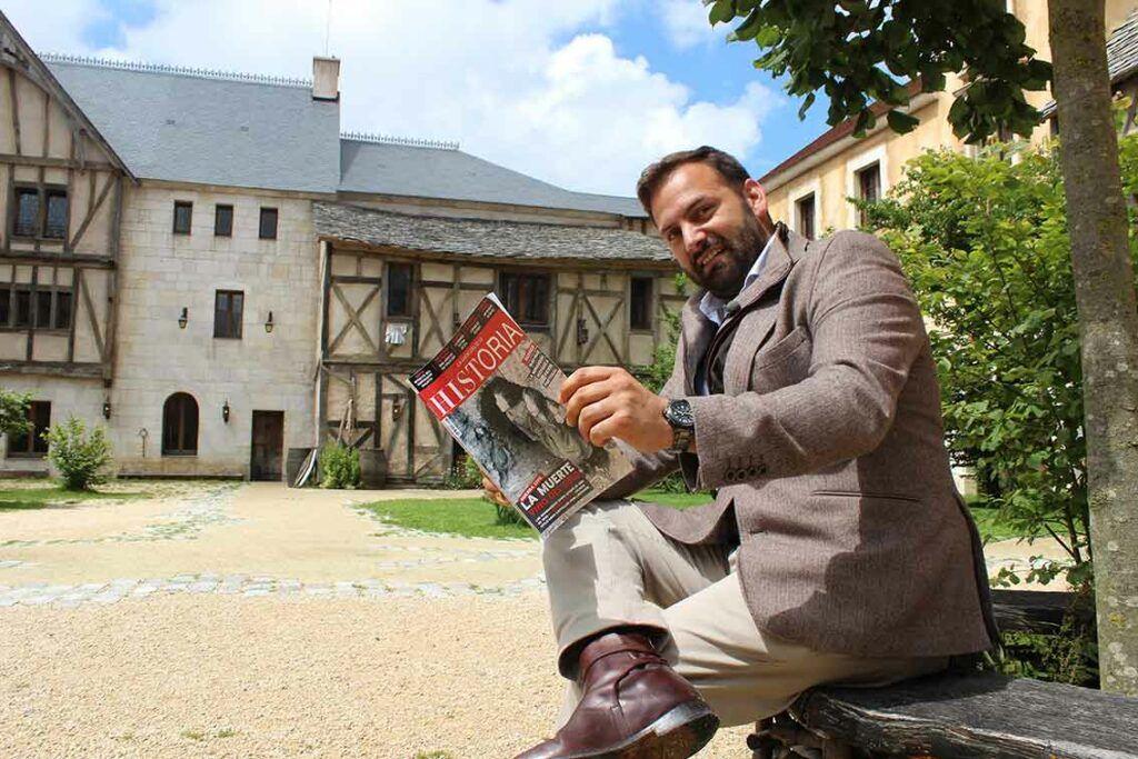 """Erwan de la Villéon, consejero delegado en España de Puy du Fou, con un ejemplar de """"La Aventura de la Historia"""" © Gabriel Cruz / La Aventura de la Historia."""