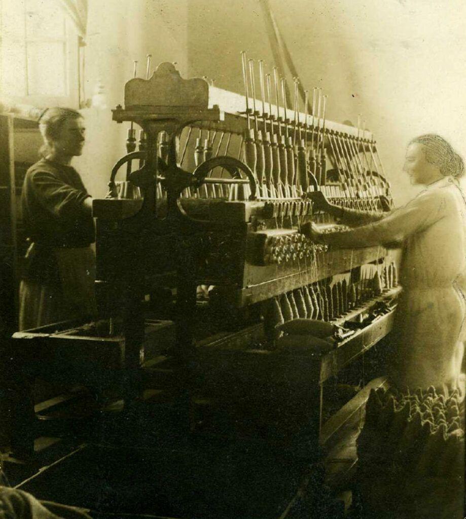 Hilanderas en una fábrica de Antequera a principios del siglo XX.