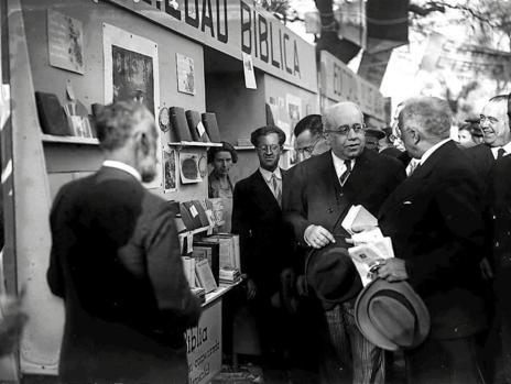 El presidente del Consejo de Ministros, Manuel Azaña, y el de la República, Niceto Alcalá-Zamora, visitan la primera edición de la Feria del Libro.