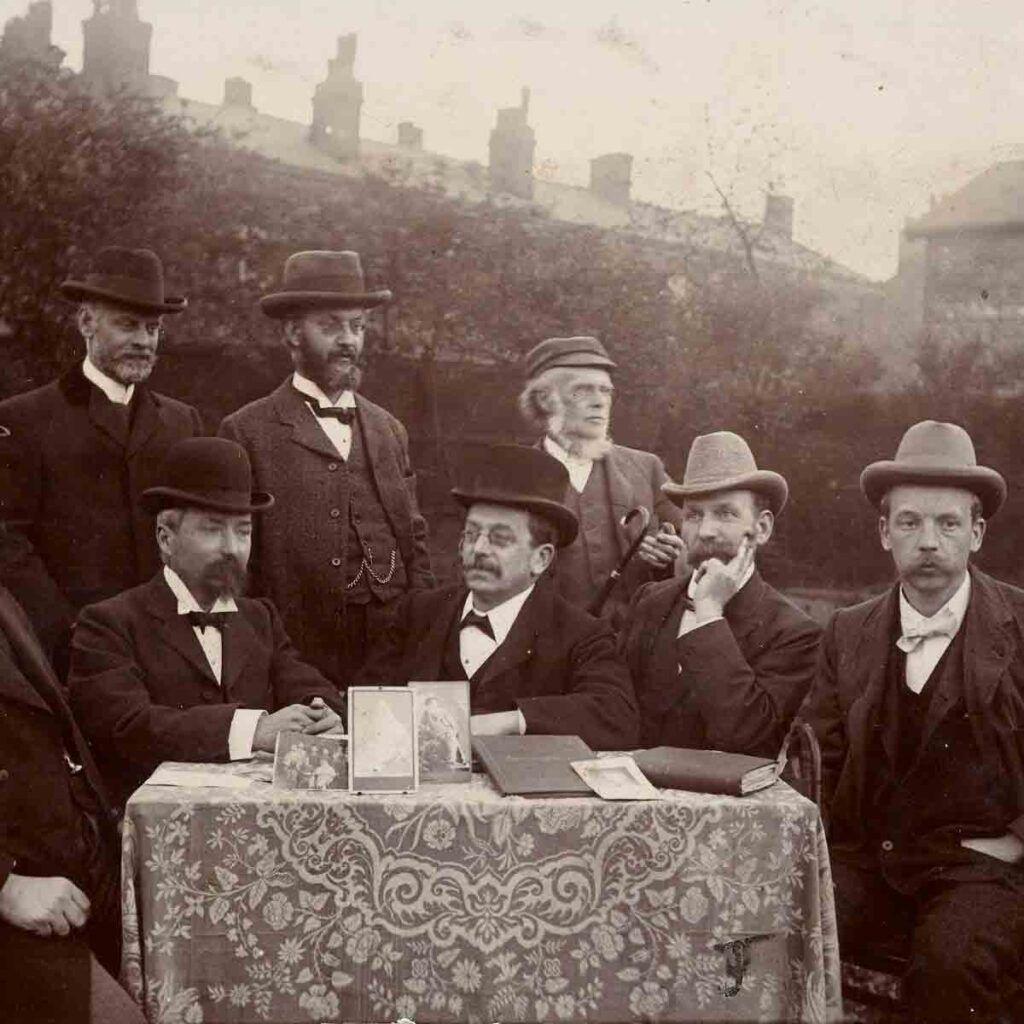 Seguidores de Walt Whitman reunidos para leer y comentar su obra.