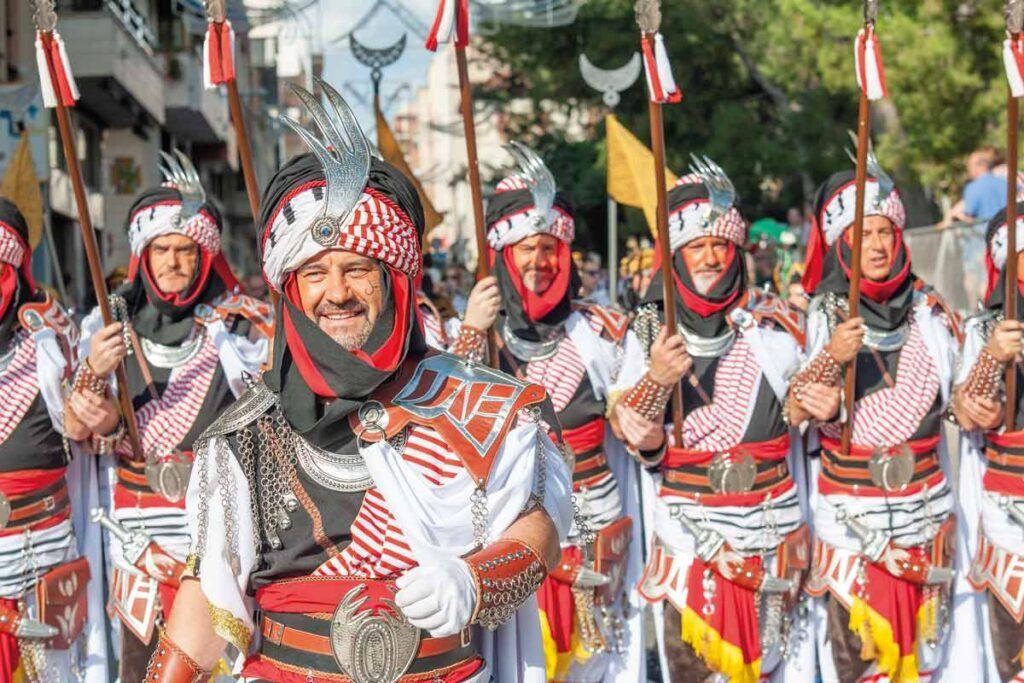 Desfile de una de las comparsas del bando moro en Elda de la Fiesta de Moros y Cristianos de Elda. Fotografía de Andrés Amorós.