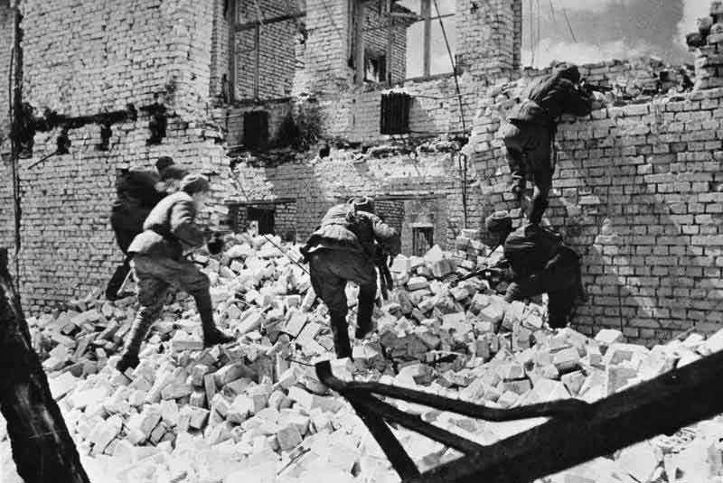 Soldados soviéticos combatiendo entre las ruinas de Stalingrado.