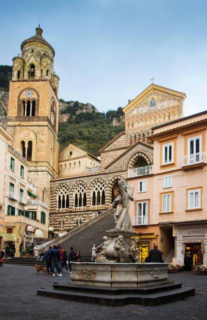 Plaza de San Andrés con el Duomo di Sant'Andrea, donde se combina el estilo románico con la fantasía musulmana.