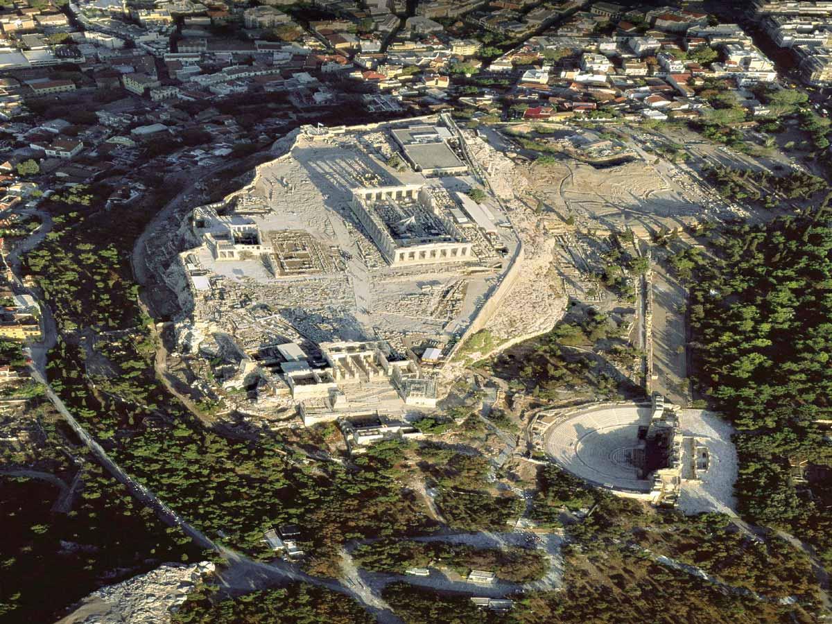 Vista aérea de la Acrópolis de Atenas, ciudad de origen micénico cuyo esplendor se produjo en época clásica.