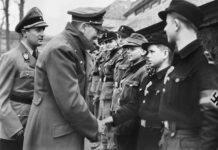 Hitler saluda a miembros de las Juventudes Hitlerianas que protegen la Cancillería del Reich.
