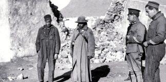 Soldados españoles ante los restos insepultos de sus compañeros muertos en Monte Arruit.